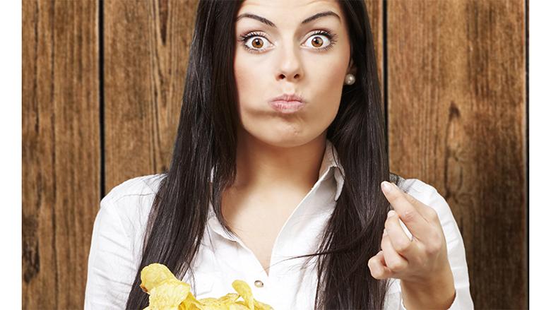 Përse në qesen me çips gjithmonë ndodhet një çips i gjelbër – a është i rrezikshëm për shëndetin nëse e hani