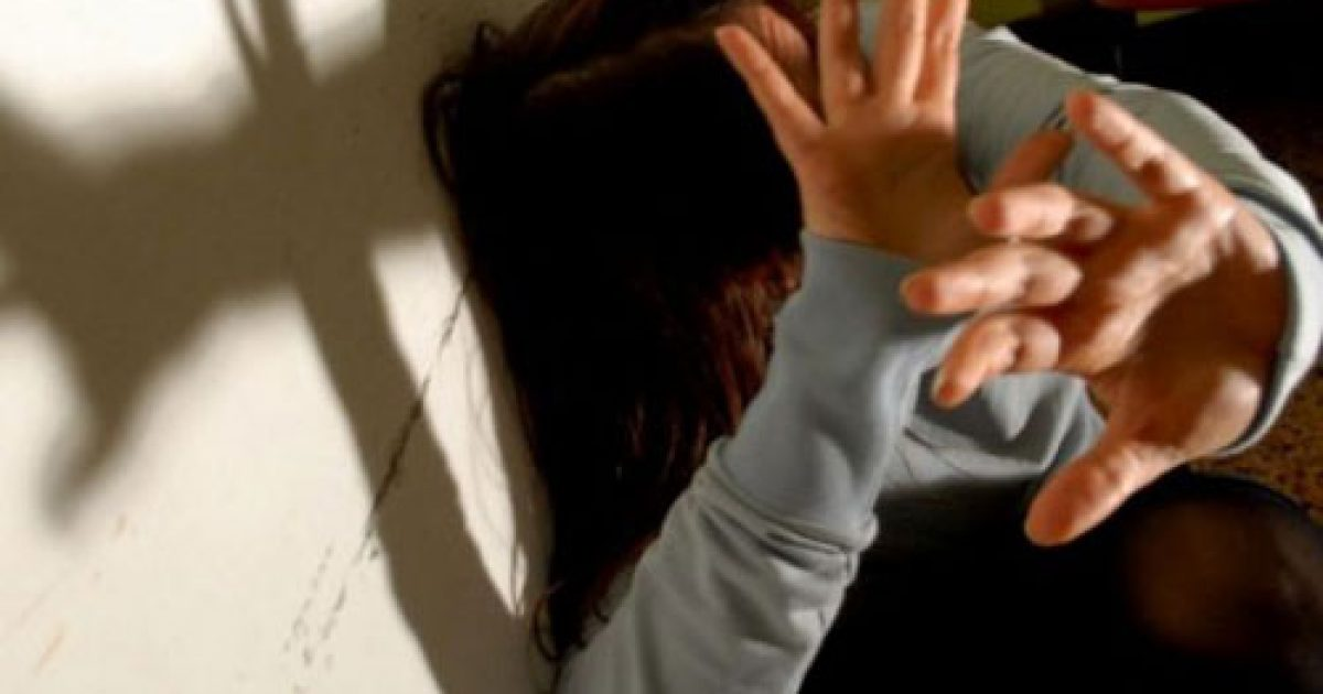 Rrahje në mes një çifti në Gjilan, burri e kap për flokë e godet me grushte, ajo e gjuan me djep