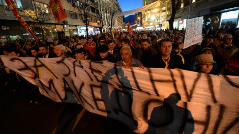 Në agjendën e Johannes Hahn nuk ka vend për ata që protestojnë kundër gjuhës shqipe