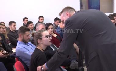 """Momenti kur nxirret jashtë studentja që i tha Thaçit """"A je president i klanit pronto?"""" (Video)"""