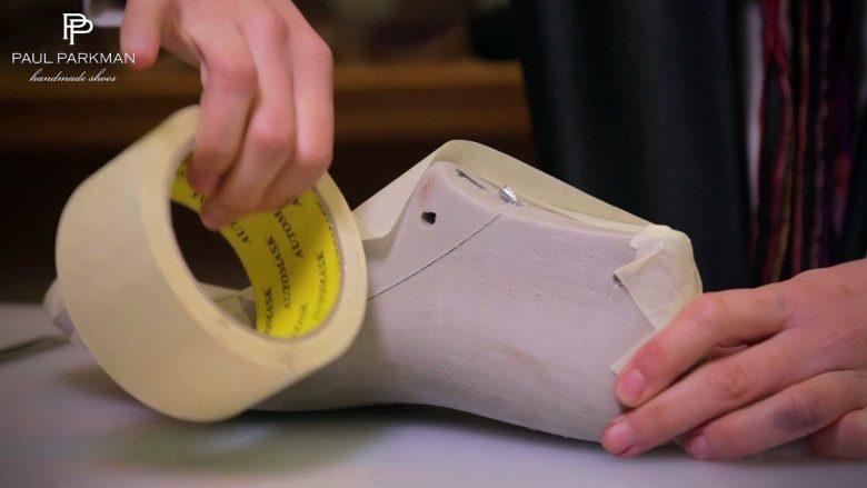 Përse këpucët e punuara me dorë janë të shtrenjta: Shikoni si i punojnë (Video)