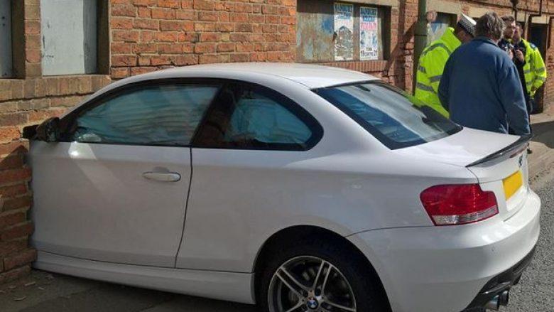 BMW përplaset për muri, të gjithë mendojnë se është ndonjë vepër arti (Foto)