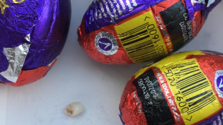 Brenda vezës së çokolatës gjeti një dhëmb fëmijësh (Foto)