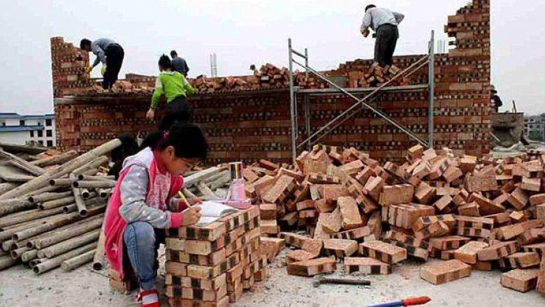 Detyrat e shtëpisë i përfundon mbi tulla, derisa prindërit të kryejnë punën (Foto)