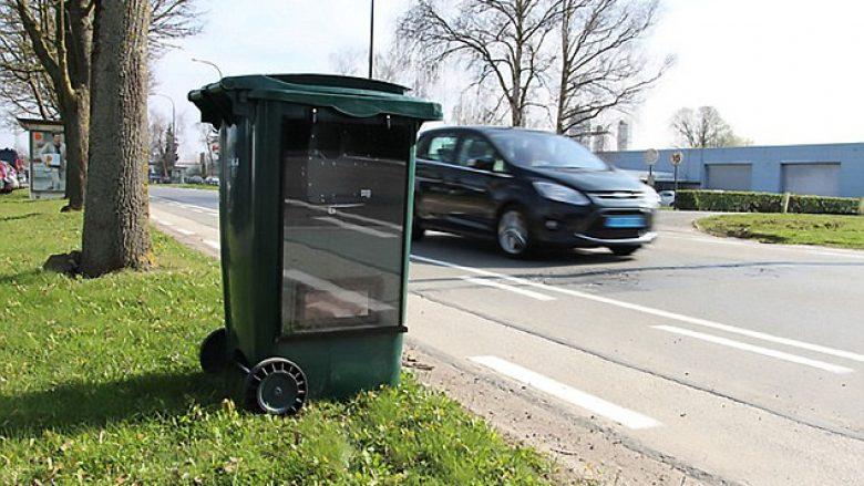 Duken si shporta të zakonshme mbeturinash, shoferët të kenë kujdes kur iu kalojnë pranë (Foto)
