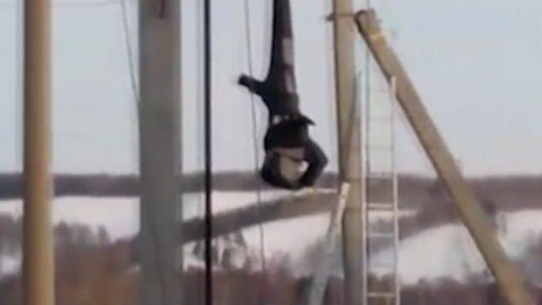 Elektricisti që nuk përdori pajisjet mbrojtëse, mbeti në shtyllë me kokë poshtë (Video)
