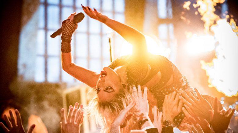 """Lady Gaga befason fansat në Coachella duke performuar """"The Cure"""" (Video)"""