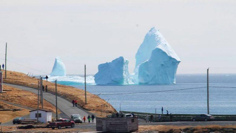 Një ajsberg gjigant shfaqet në Kanada, i bënë njerëzit të duken si 'liliputë' (Video)