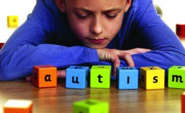 Dëgjoj më fuqishëm; i shoh gjërat më të theksuara; ndjej atë që ju s'arrini ta ndjeni... Unë kam autizëm!