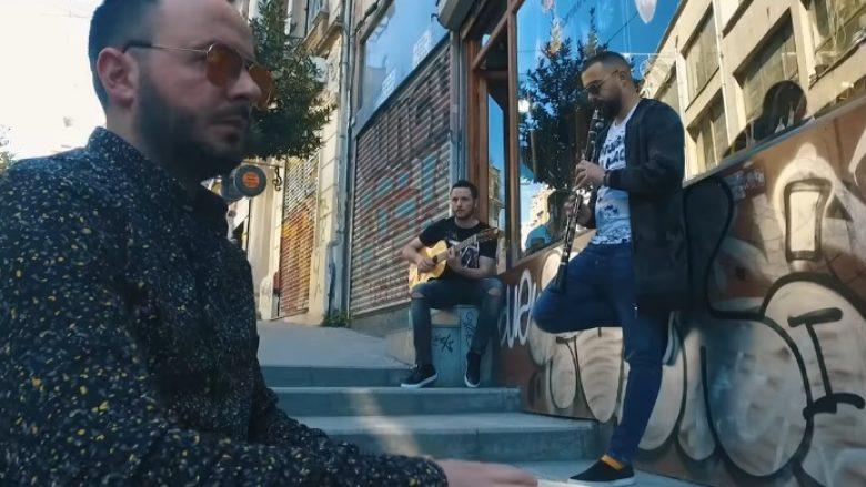 Burak dhe grupi Fama i këndojnë 'dy dyfytyrëshave' (Video)