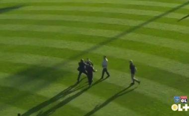 Ndërpritet ndeshja, një tifoz i Bastias përleshet me portierin e Lyonit (Video)
