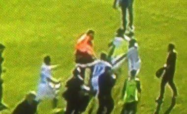 Shokuese, sigurimi i stadiumit godet mbrojtësin e Lyonit (Video)