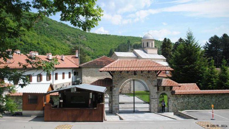 Më 28 prill protestohet në rrugën e Manastirit të Deçanit