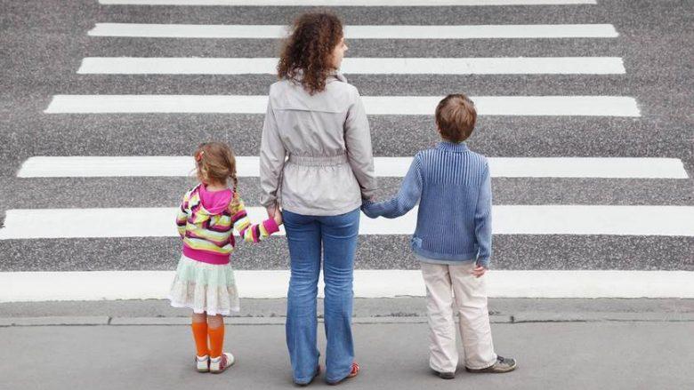 Shkencëtarët: Fëmijët nuk duhet ta kalojnë vet rrugën deri në këtë moshë