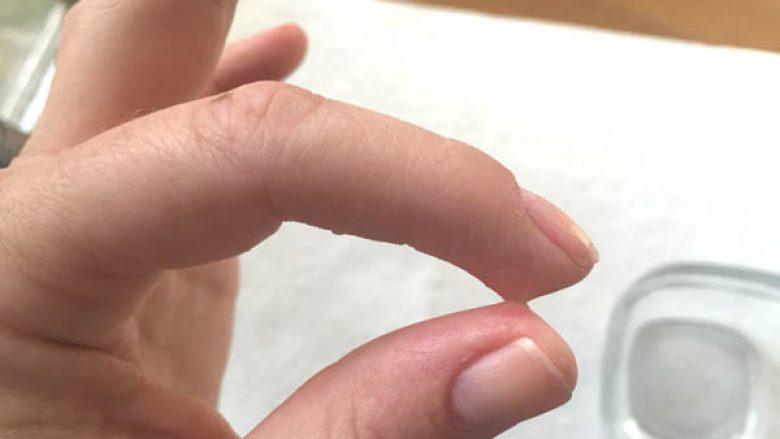 Si ta hiqni super-ngjitësin nga duart dhe rrobat?