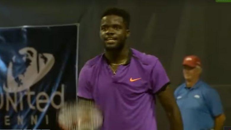 Seksi në shkallët e stadiumit ndërpret ndeshjen e tenisit (Video)
