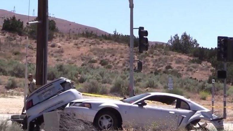 Fordi përplaset dhe ndahet në gjysmë, shoferi shpëton me lëndime të lehta (Video)