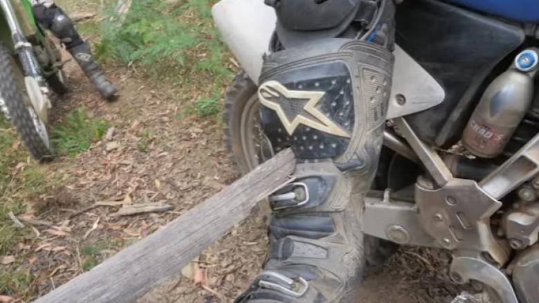 Gjatë udhëtimit me motoçikletë, i ngulet në këmbë një shtizë druri (Video)