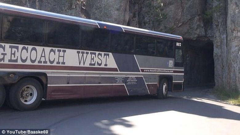 Kalimi i autobusit nëpër tunelin shumë të ngushtë (Video)
