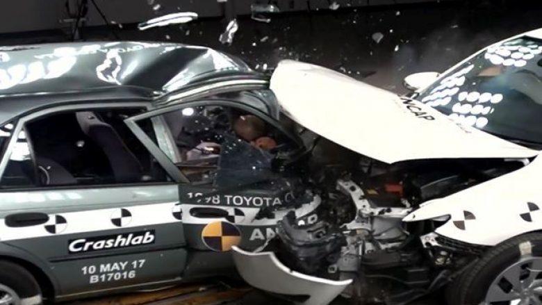 Përplasja tregon dëmtimet në veturën e vjetër njëzet vjet, në krahasim me atë të re (Video)