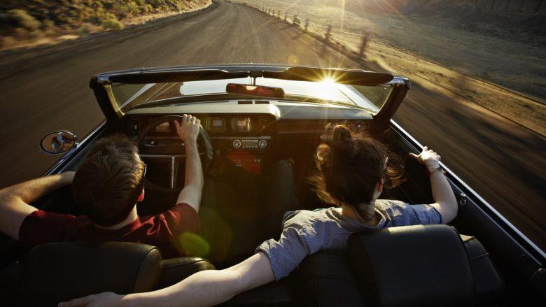 Si ta impresiononi një vajzë kur shkoni ta merrni me veturë?