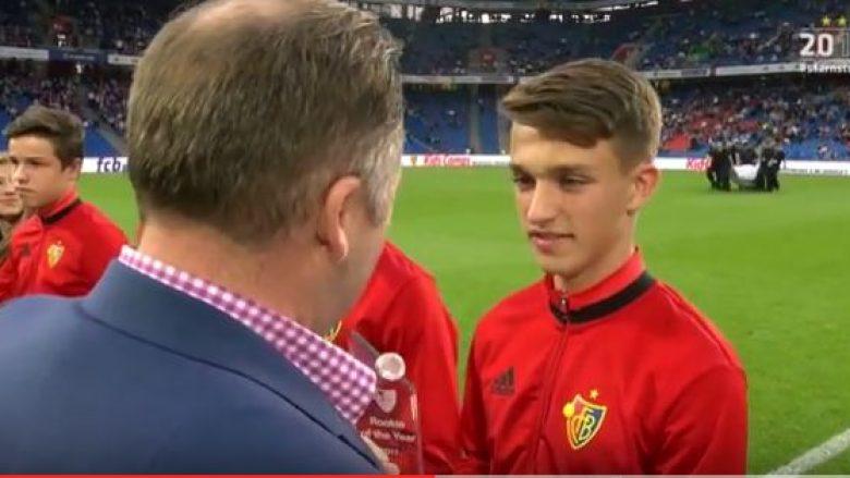 Baseli e shpërblen talentin 17 vjeçar shqiptar (Video)