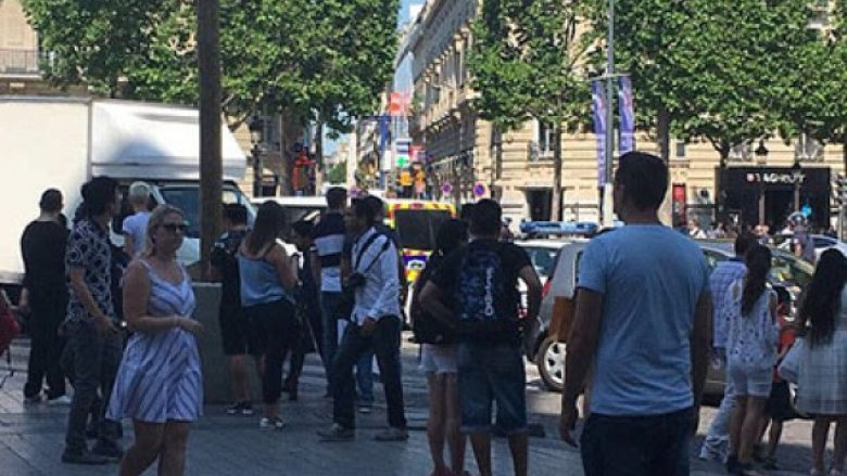 "Paris, policia rrethon ""Champs Elysees"" (Foto)"