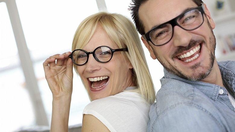 TRUK I PABESUESHËM ME NJË ARTIKULL: Lustroni xhamat e gërvishtur të syzeve