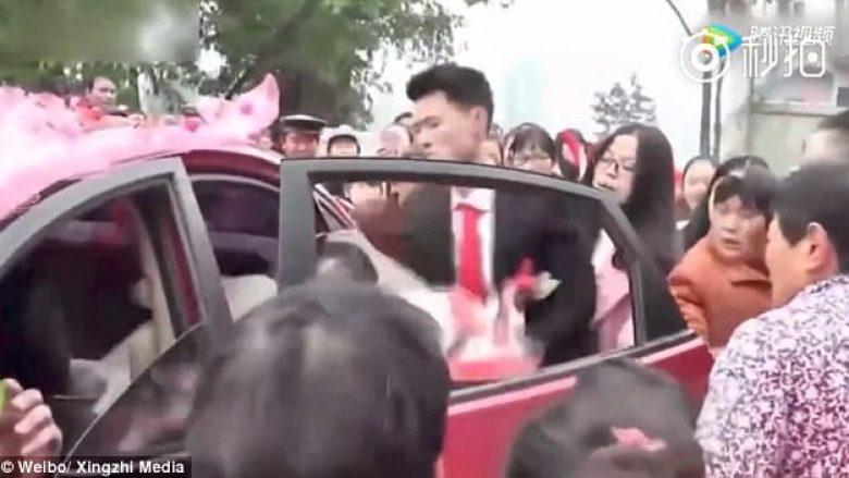 Në dasmë, dhëndri e nxjerr nusen me dhunë nga vetura (Video)
