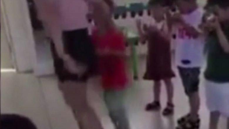 Edukatorja mizore ia mbyll fëmijës gojën me ngjitës, veç pse hante ngadalë (Video)