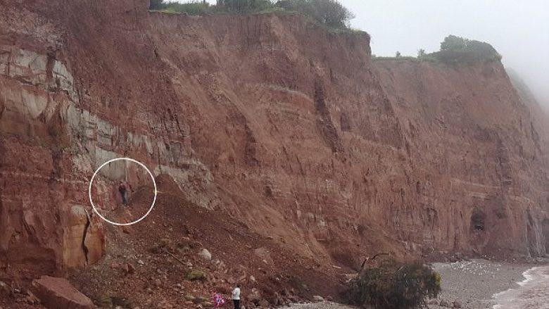 Injoroi paralajmërimet dhe qëndroi në shkëmbin famëkeq që ka rrëshqitje të vazhdueshme (Foto)