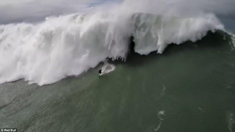 Surfisti i shpëtoi valës gjigante që arrinte deri në 30 metra (Video)