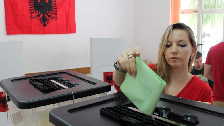 Nje vajze, duke votuar ne mjediset e shkolles Edith Durham, per zgjedhjet lokale ne Tirane./r/n/r/nAn Albanian women casts his vote at  Edith Durham school, on June 21, 2015. Albania votes to elect mayors after a territorial reform that consolidated the number of local government units to 61 down from 373. These elections are considered an important test for the government of Prime Minister Edi Rama and his reforms two years after he was elected.
