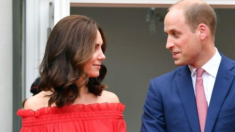 Kate Middleton shkëlqen në fustan të kuq i cili ia shfaqë shpatullat (Foto)