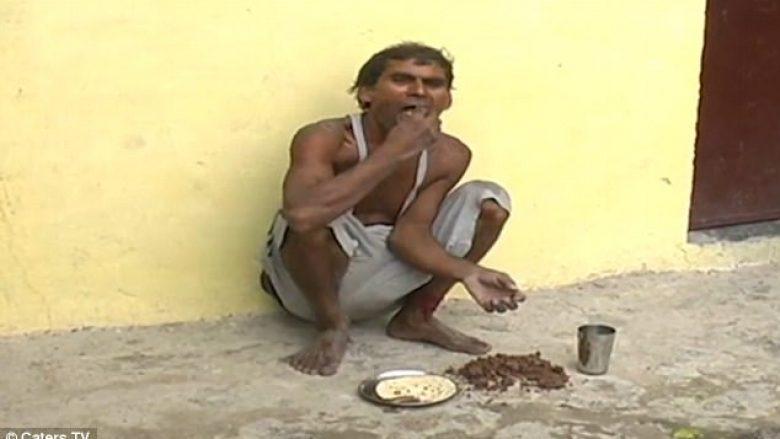 """Baltë dhe copëza të tullave, """"specialiteti"""" që indiani e ha çdo ditë për 17 vjet (Video, +18)"""