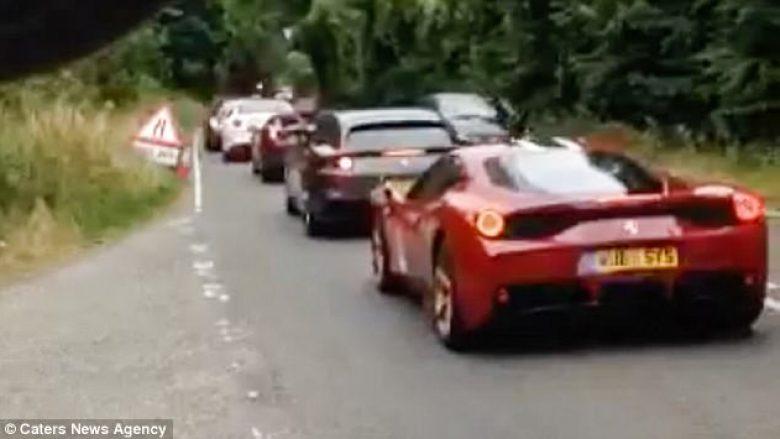 Kolona me 36 Ferrari, që së bashku arrijnë vlerën e tetë milionë eurove (Video)