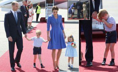 """""""A duhet patjetër mami?"""" Princi i vogël Xhorxh fërkon sytë i përgjumur, ndërsa Charlotte e lumtur pranon lulet e para zyrtare gjatë largimit për në Gjermani (Foto)"""