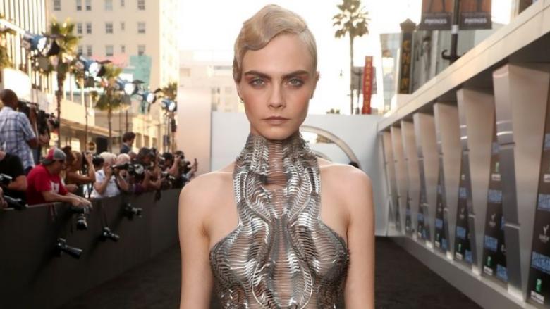 Cara Delevingne sikur vajza e ëndrrave nga filmat Sc-Fi, shfaqet në Hollywood e veshur me fustan metalik (Foto)