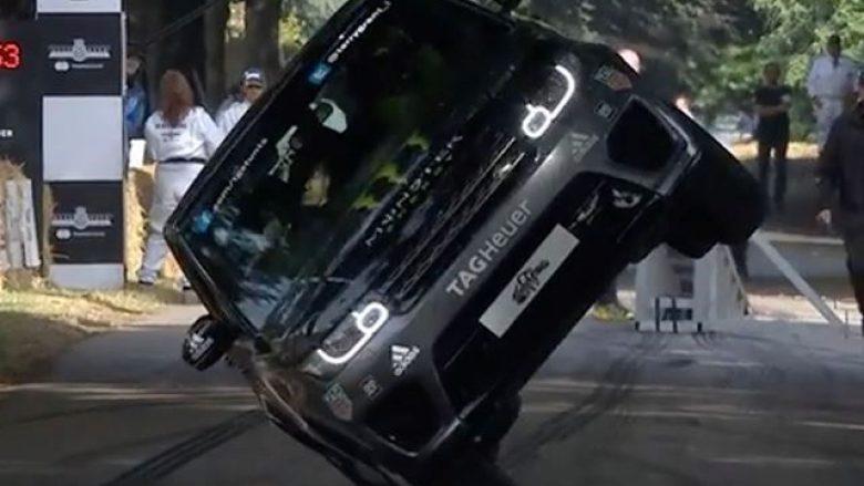 Shoferi ia doli të voziste vetëm në rrotat anësore (Video)
