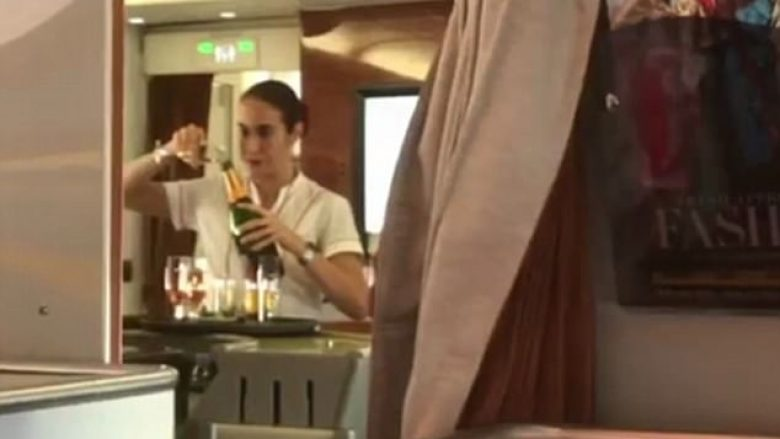 Udhëtarja kapi stjuardesën duke kthyer shampanjën nga gota në shishe (Video)