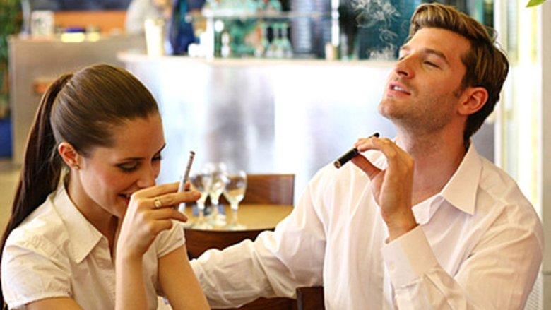Psikoanalitikët tërheqin vërejtjen që mënyra se si e mban dikush cigaren zbulon SHUMËÇKA për personalitetin e tij të fshehur