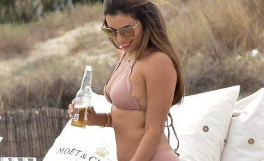 Pozimi në bikini, Eva Longorias i zbulojnë kilogramët e tepërt në trup (Foto)