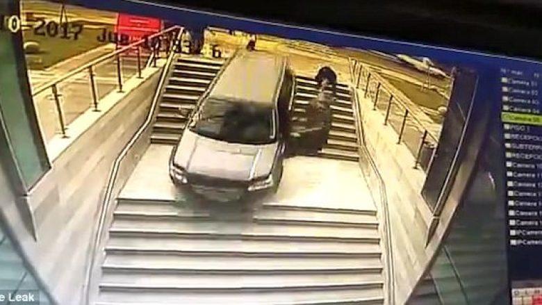 Ngatërroi shkallët me parkingun nëntokësor, gruaja pranë timonit i shpëton vdekjes për një fije floku (Video)