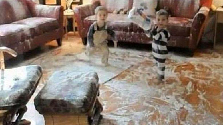 Imazhe që dëshmojnë se për asnjë moment nuk duhet t'i lini fëmijët vetëm në shtëpi, shikoni se çfarë rrëmuje kanë bërë (Foto/Video)