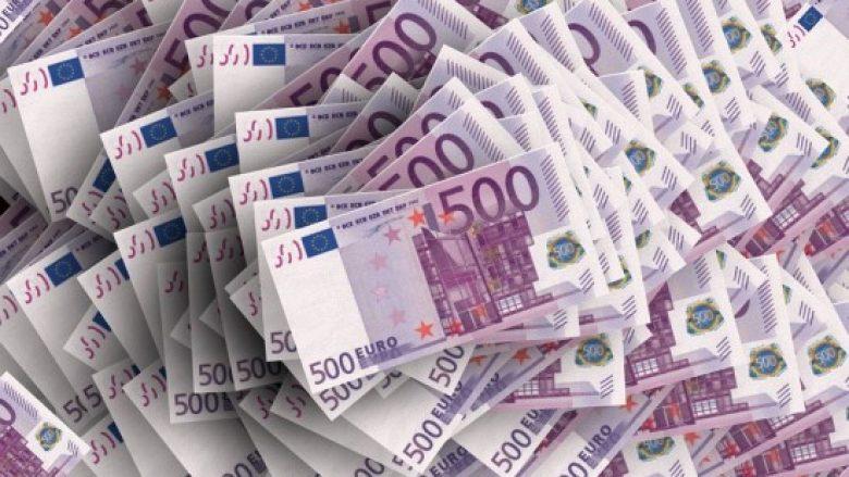 Familja shqiptare gjen 115 mijë euro, i dorëzon paratë në polici (Video)
