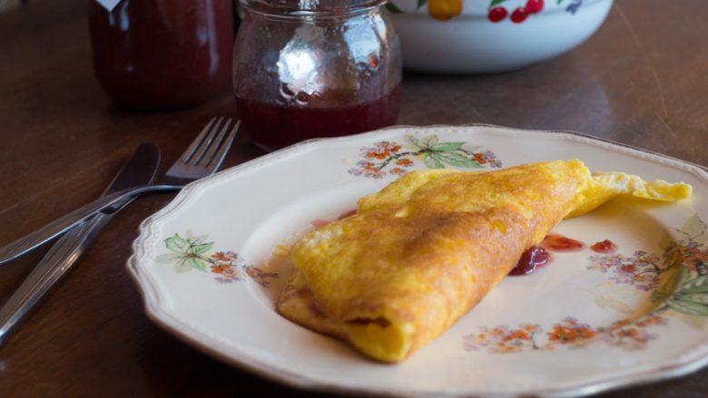 Omëletë e shijshme me pekmez: Kafjall më të mirë nuk ka, të ngopur gjatë tërë ditës!