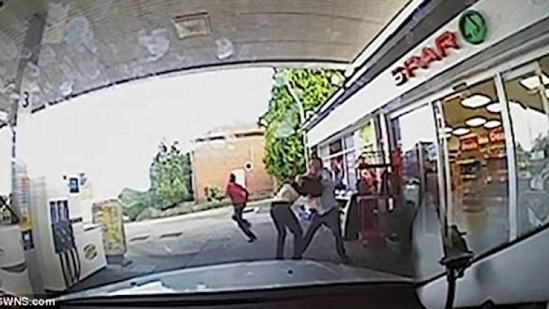 Plaçkitësit e pësuan keq nga taksisti (Video)