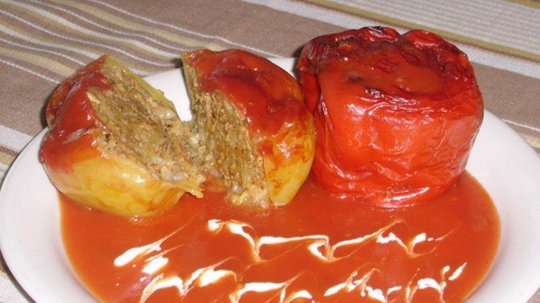 Speca të mbushur me sojë dhe lëng domateje