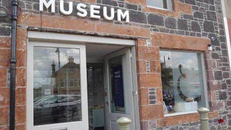Harron në muze, valixhen me para (Foto)