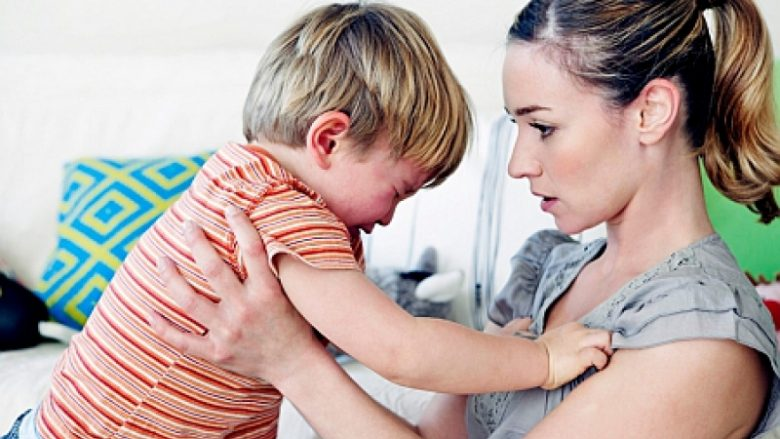 Ndihmoni fëmijës që ta orientojë drejt hidhërimin: Si të veproni kur fëmija ju godet?